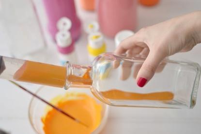 echando pintura botella