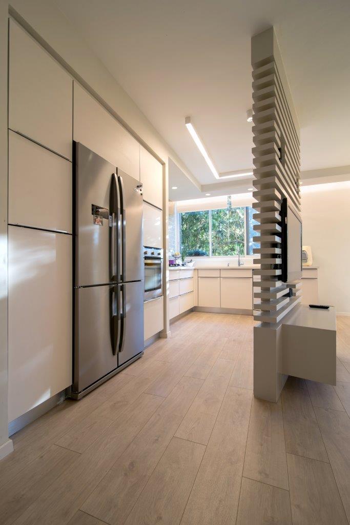 03 הארונות הגבוהים ממסגרים את המקרר ואלה גם תחומים בבניית גבס.