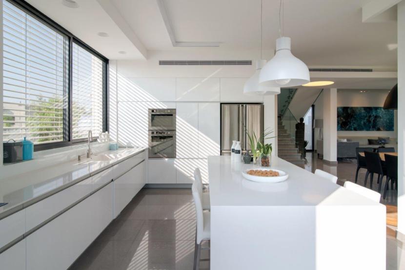 13 האי המטבחי מואר עי גופים תלויים המייצרים אינטימיות באזור האכילה המטבחי