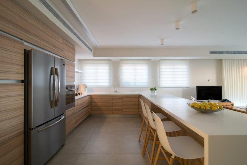 22 חזיתות במראה עץ מודרני עם אחסון מתחת לאי באזור הישיבה למטבח עם דרישות אחסון גבוהות