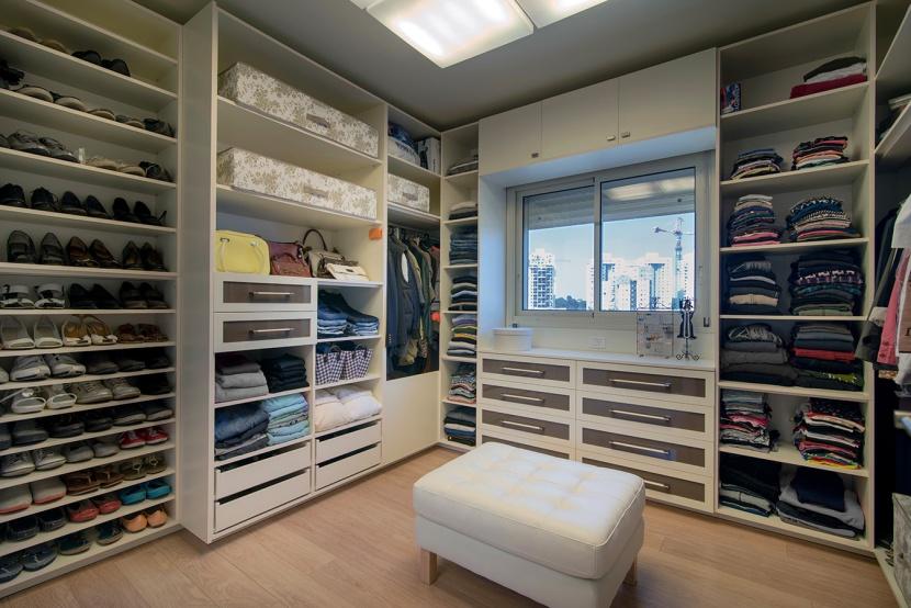 בחדר ארונות רצוי להשתמש בתאורה מרכזית חזקה להתמצאות בין כל פרטי הלבוש