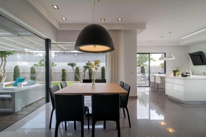 גוף התאורה של שולחן אוכל זה מותאם לכסאות ומשלים את עיצוב הפינה
