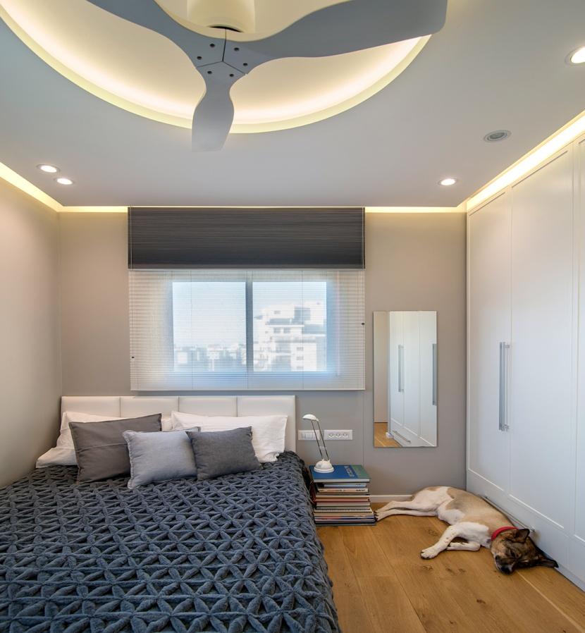 הארה המשלבת תאורה נסתרת מפוזרת ונקודות אור ממוקדות יותר בחדר שינה