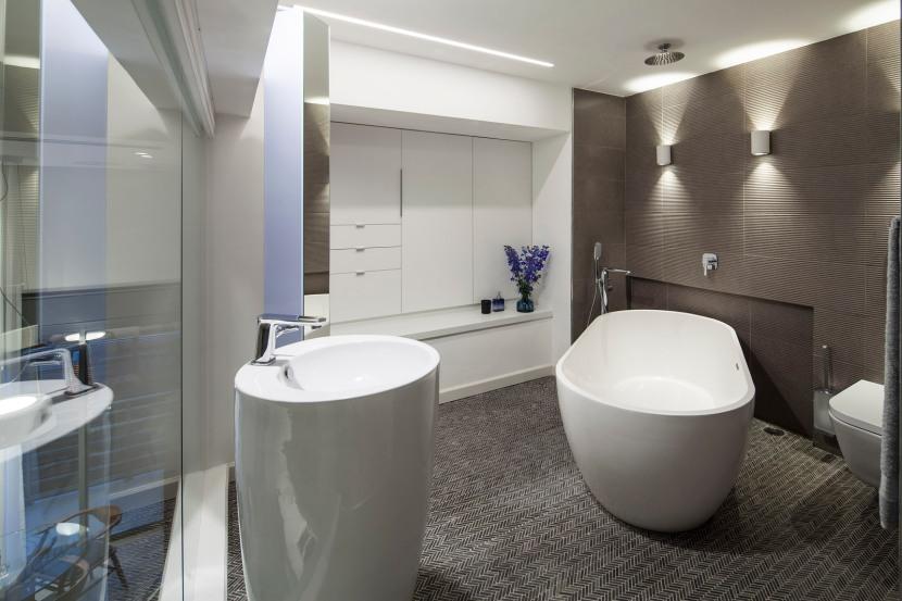 תאורת חדר רחצה המבוססת על גופי קיר וגופי תקרה להארה פונקציונלית ודקורטיבית