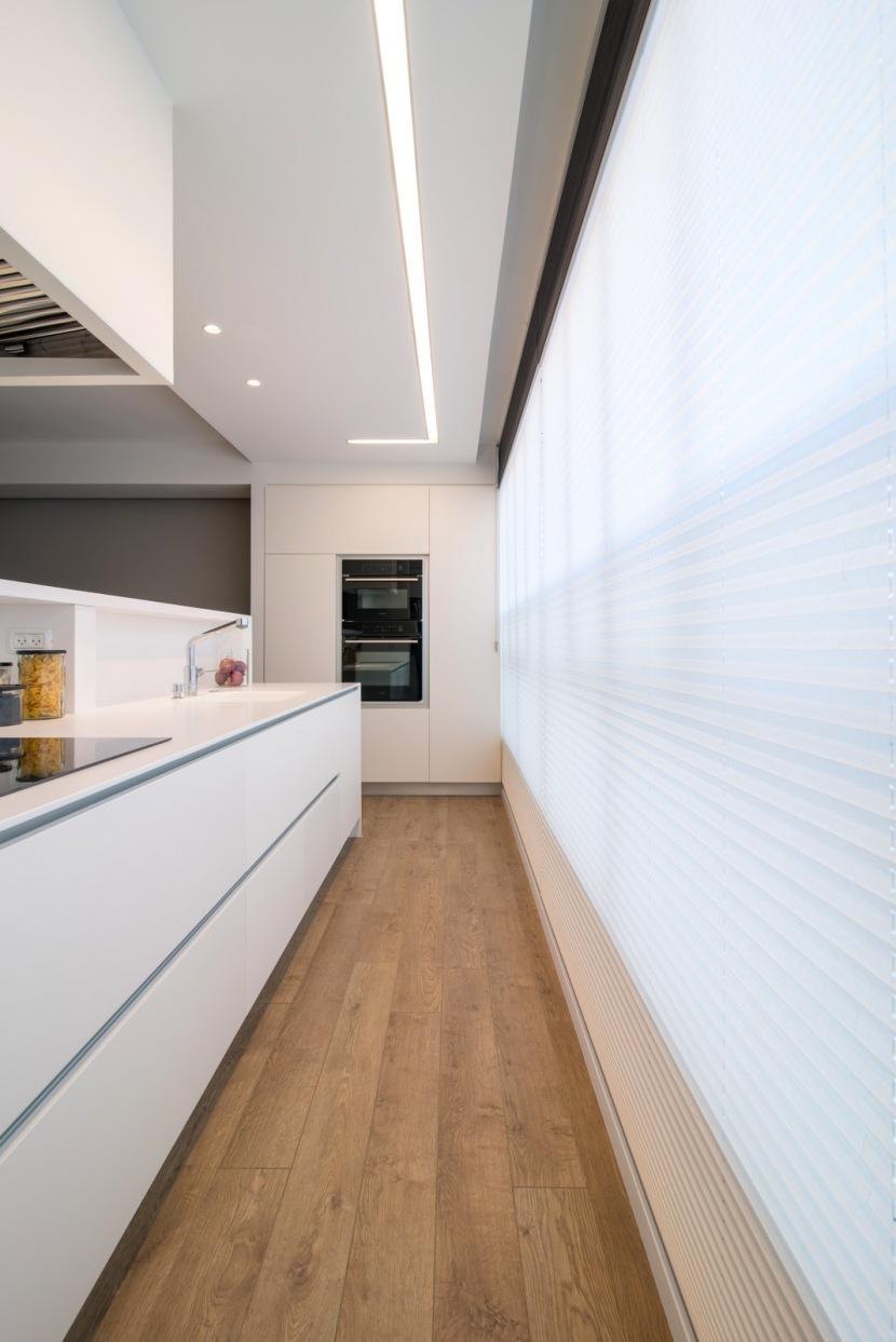פרופיל תאורה שקוע במרכז מטבח לתאורת שימוש בסיסי