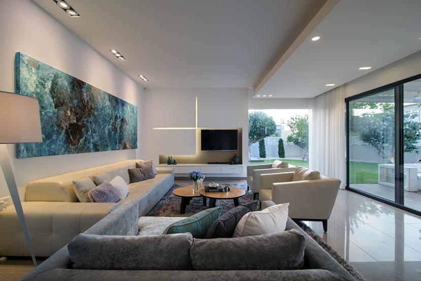האפקט המלוטש של אריחי הסלון מכניס עוד שכבה של חומריות המשדרת יוקרה למערך החמורים הביתי