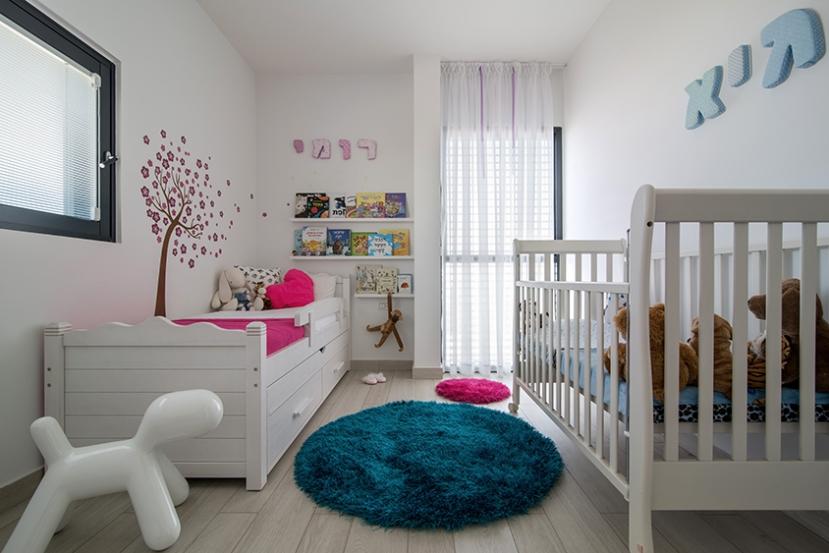 4 - אריחים בהירים דמויי פרקט למתן ריצוף מודרני עם מגע טבעי ורך בחדר שינה ילדים