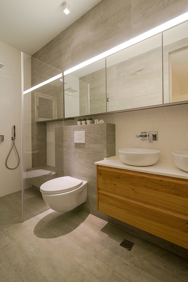 הכפלת חלל עי מראה ועי השתקפות הנוצרת על מקלחון זכוכית בחדר רחצה הורים