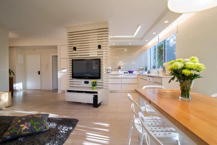 מחיצה קלה המחלקת בין חלל המטבח ללחלל הסלון מבלי לייצר חציצה אטומה