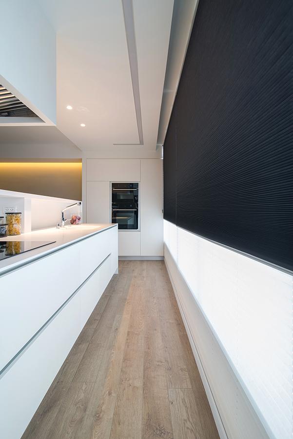 פרספקטיבה חזקה עם קווים ארוכים וסיומת של תנור ומיקרו שחורים