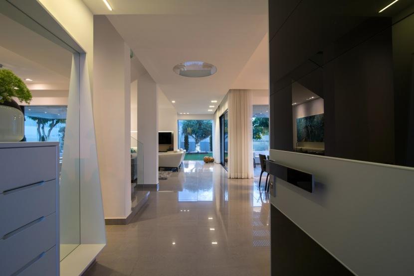 פרספקטיבה של ציר מרכזי המוביל את המבט החוצה למבט ראשון מהכניסה לבית.